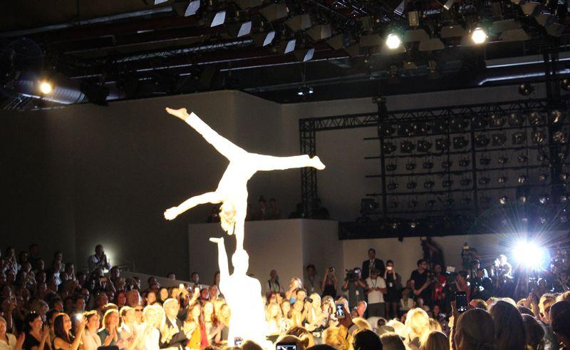 Akrobatik Show bei Marc Cain