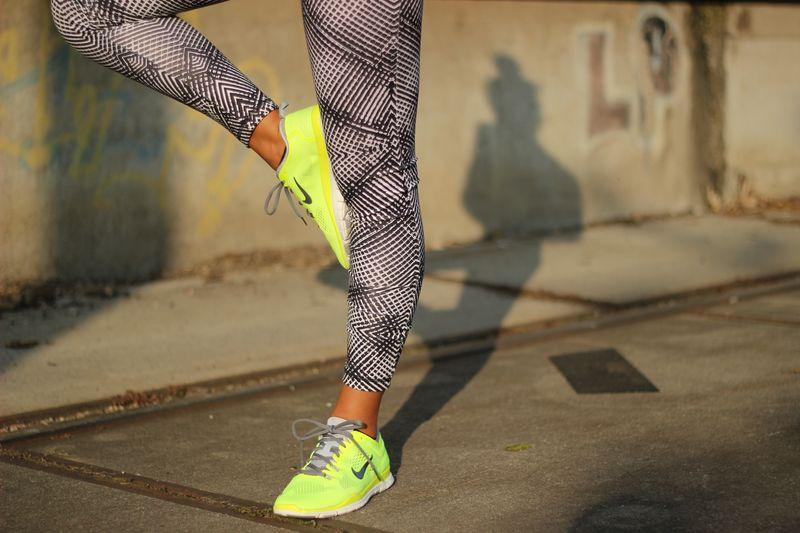 Farbige Schuhe zum Bodysuit