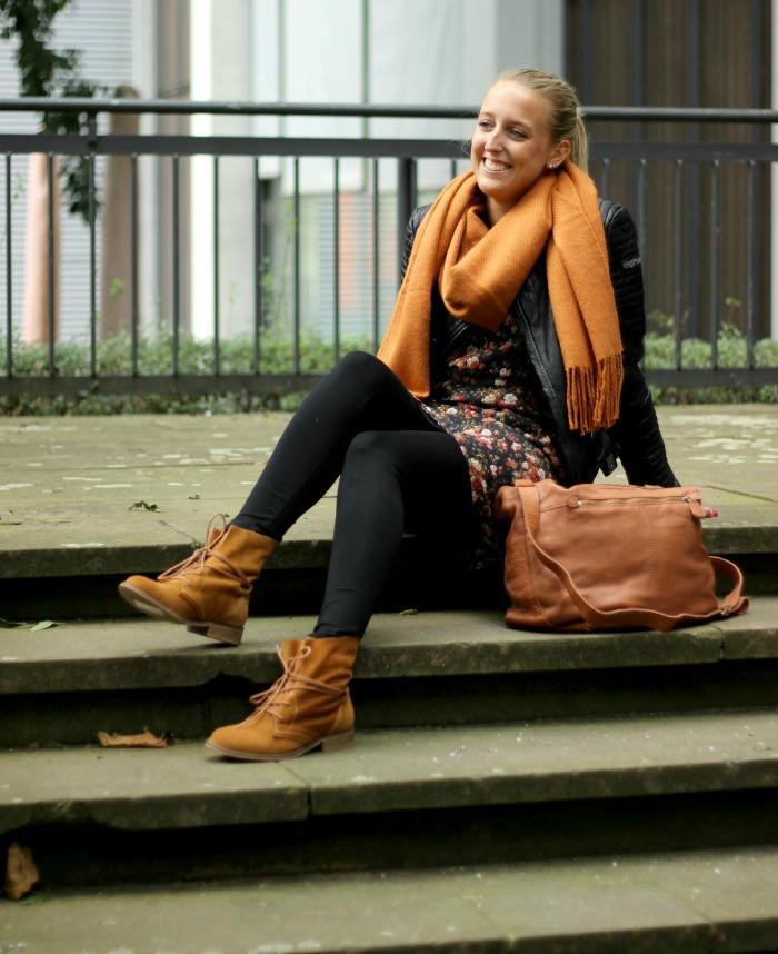 Herbstoutfit Blümchenkleid und Lederjacke-1