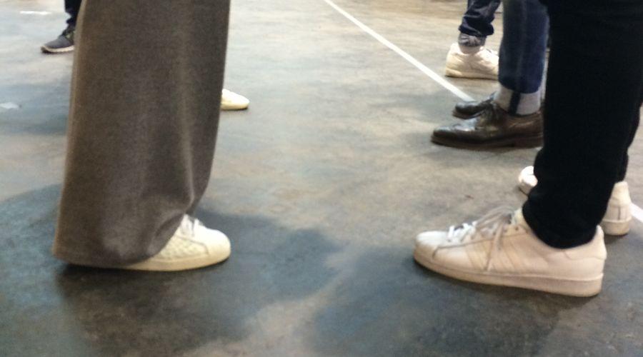 Weiße Sneaker auf der Seek