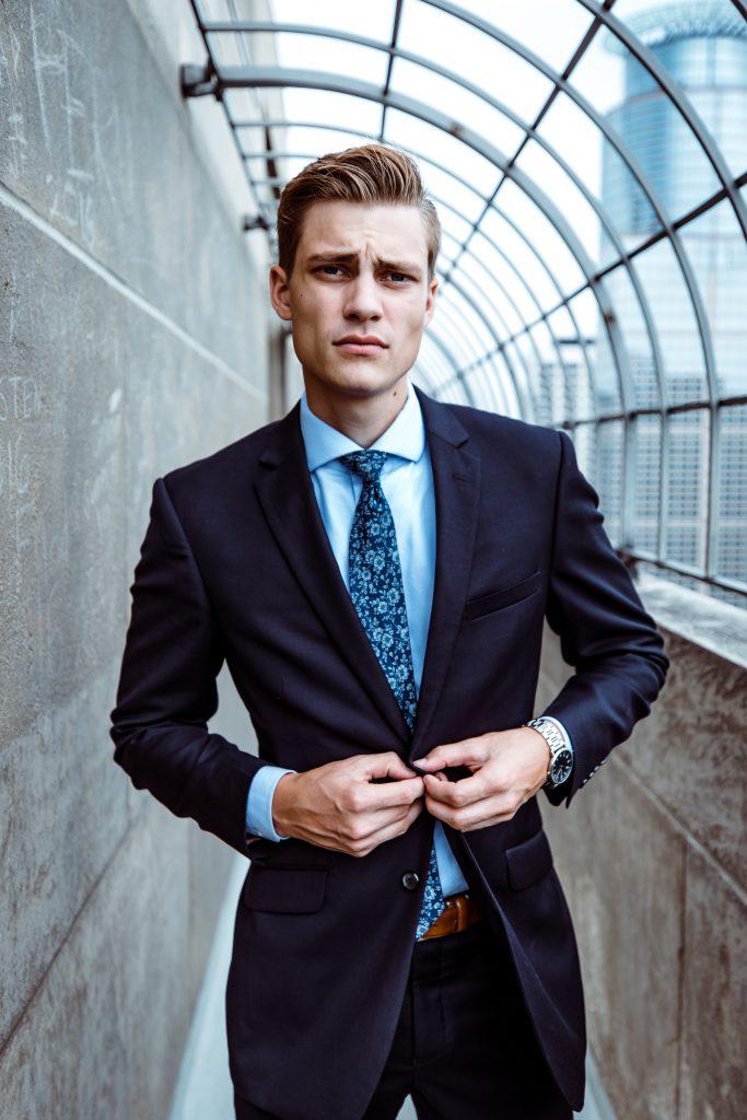 Mann im Anzug mit offenem Knopf
