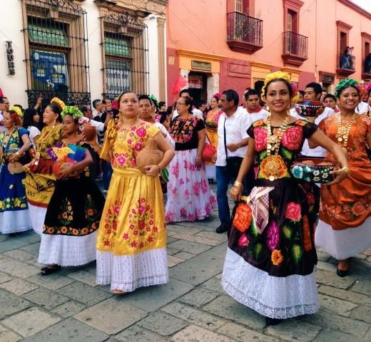Mexiko im Stylecheck traditionelle Kleider auf Fest