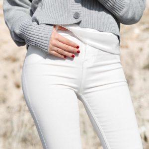 Stylingtipp – So trägt man weiße Jeans im Winter