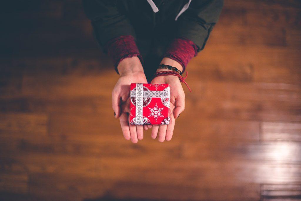 Weihnachtstradition Geschenk machen