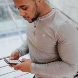 Drei Oberteile für muskulöse Arme