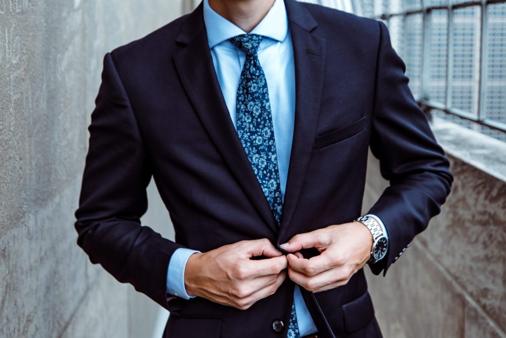 Blauer Anzug mit Muster