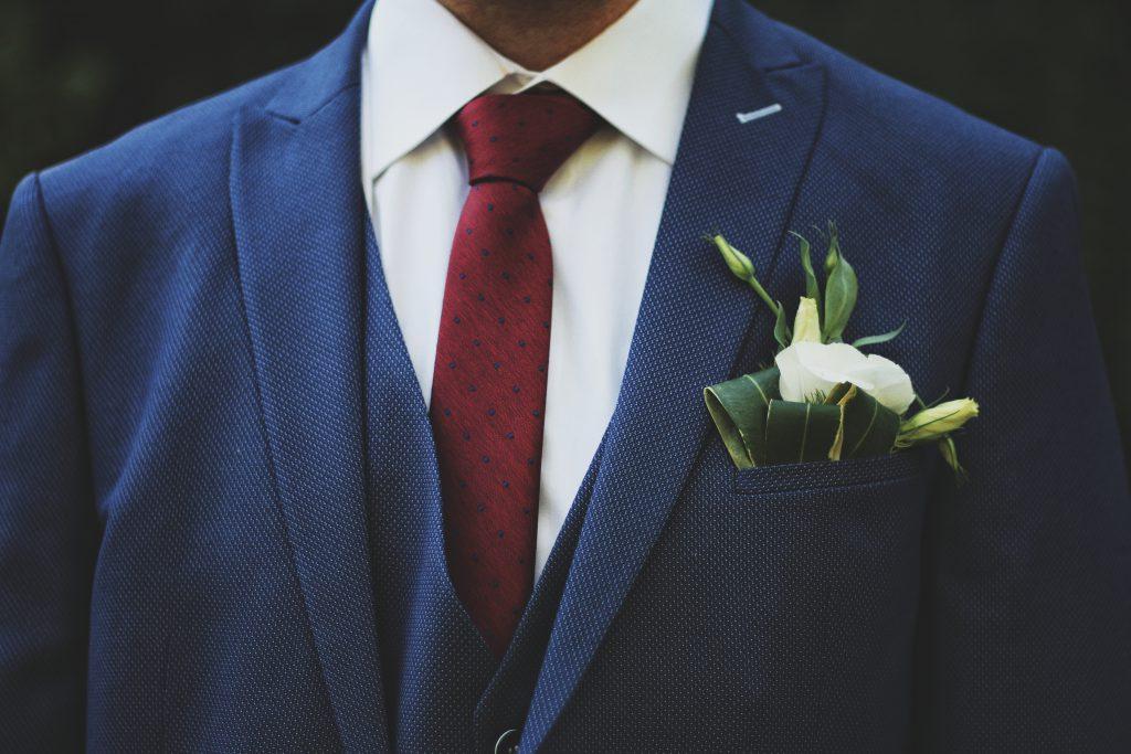Blauer Anzug mit roter Krawatte