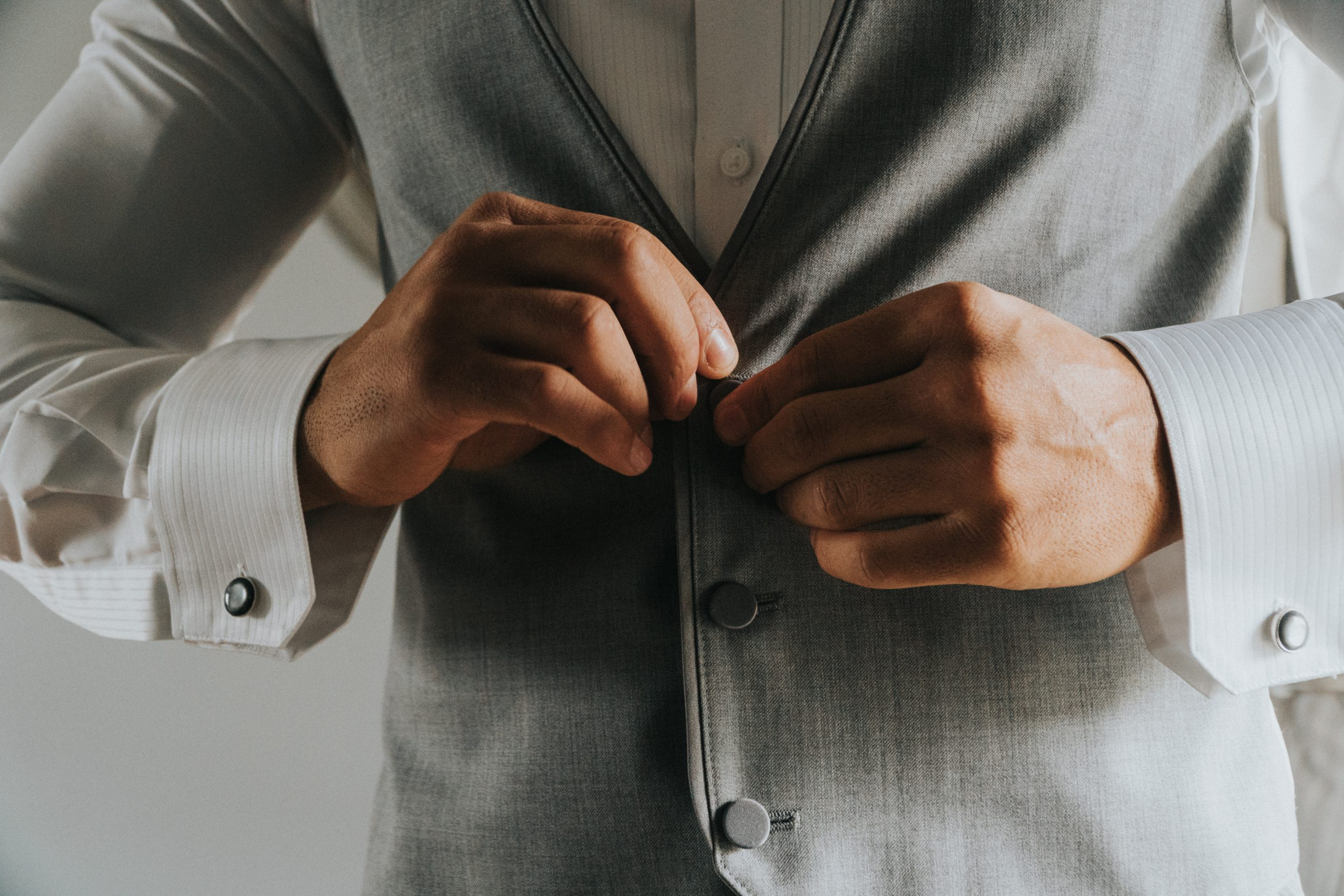 Darf Mann seine Anzugweste aufgeknöpft tragen?