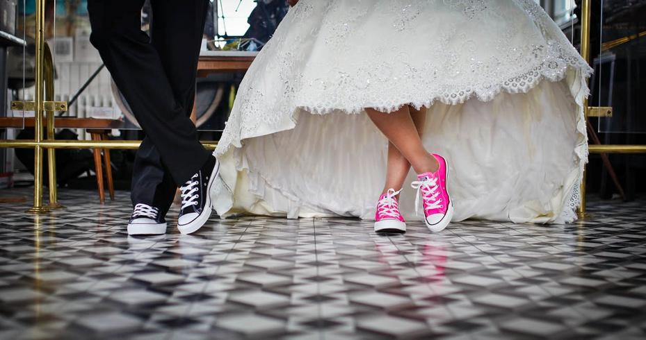 Sneaker-Hochzeit: Der perfekte Gäste-Look