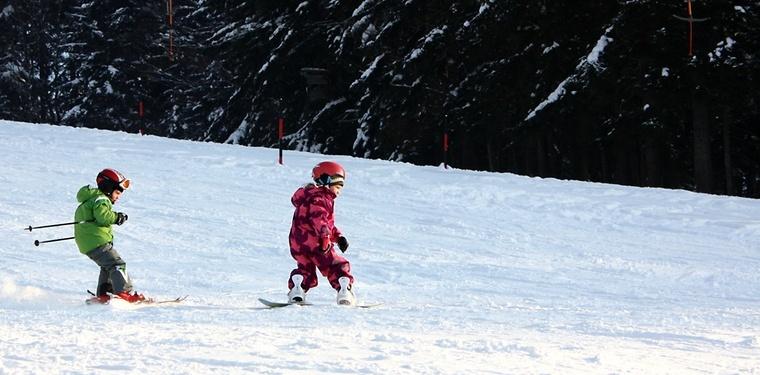 Kids auf der Piste: Das richtige Einstiegsalter und Equipment
