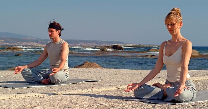 Yoga zuhause mit Ralf Bauer – Acht Bewegungsrichtungen der Wirbelsäule