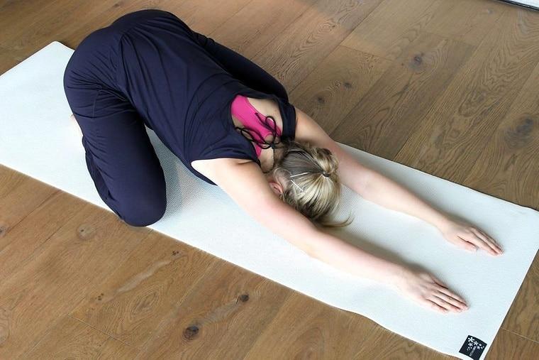 10 Tipps gegen fiesen Kater (inkl. Anti-Kater Yoga Asanas)