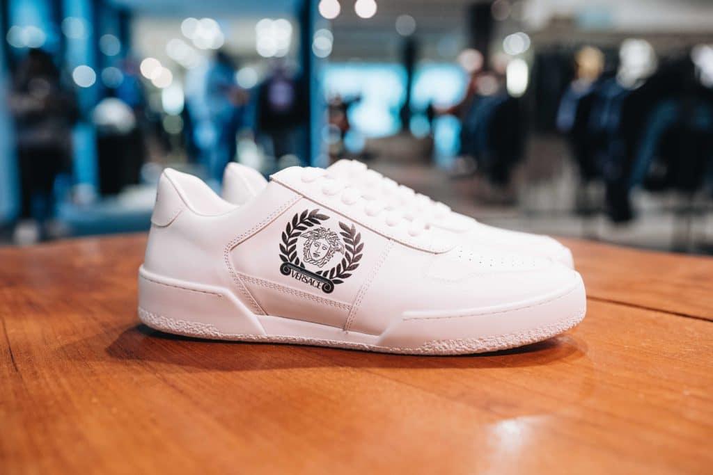 Statemente Sneaker Clean Weiß mit Versace Logo