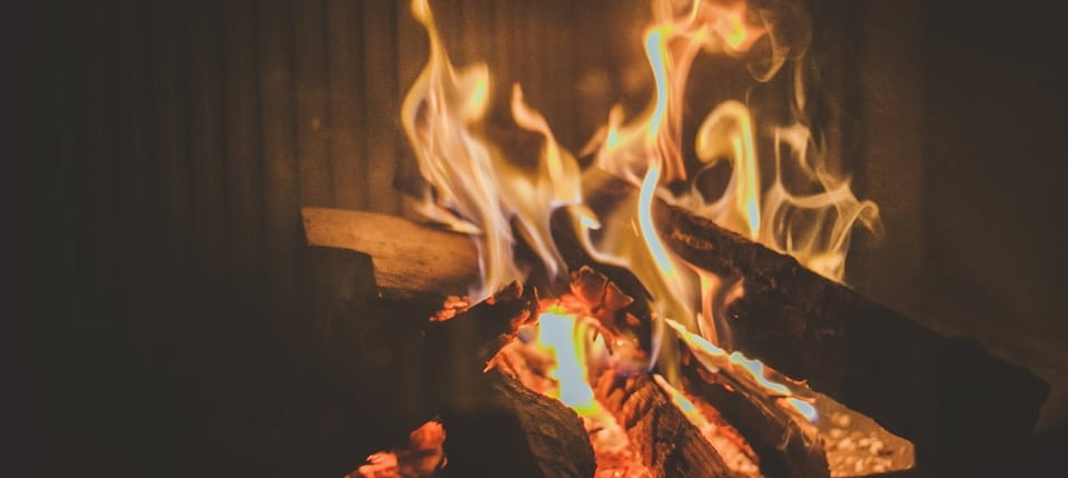 Winterzeit mit Kaminfeuer
