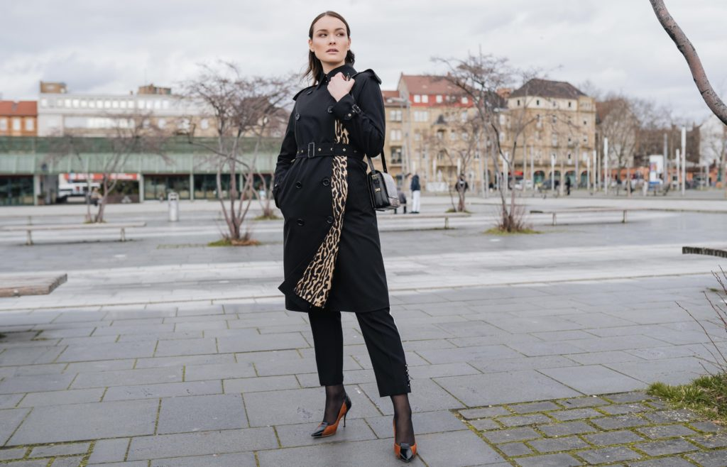 trenchcoat_woman with coat_burberry_ heels_leo_animalprint_brown shoes
