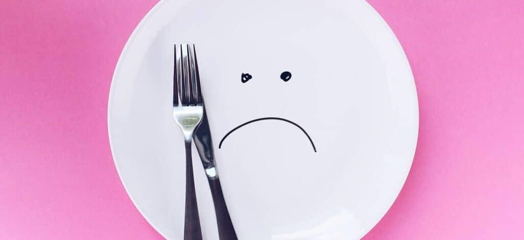 Fettverbrennung; Diät; radikale Diät; Teller; weiß; verzichten; schlechte Laune