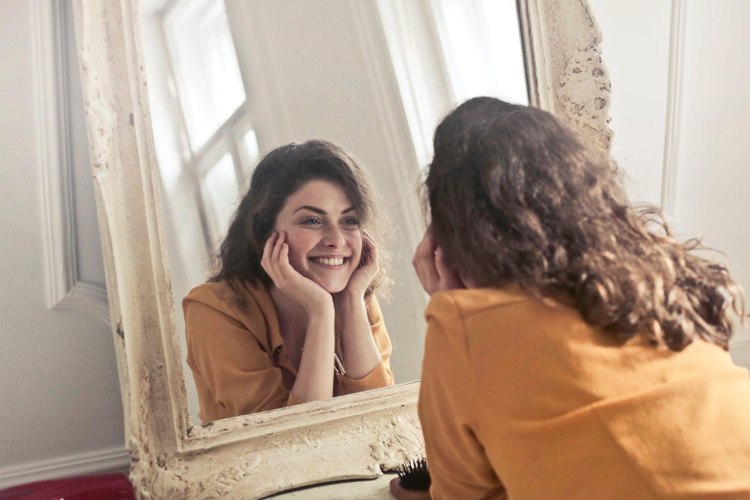 Fettverbrennung; Happy; Glücklich; Lachen; Spiegel; Spiegelbild; Frau