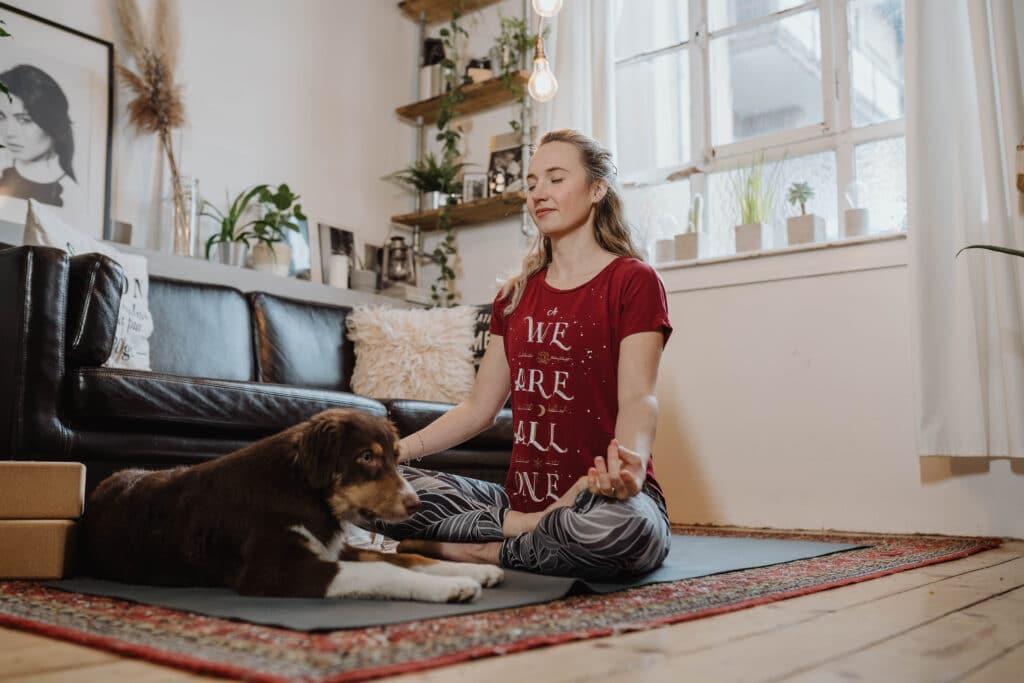 Verdauung, Yoga; Yogamatte; Hund; rotes T-Shirt; Entspannung; After Christmas