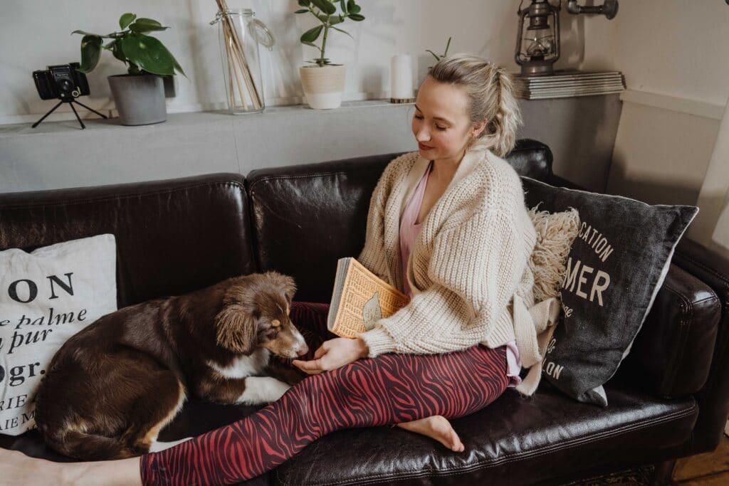 Yoga, letztes Bild; Hund; Sofa; Ausruhen, Entspannen